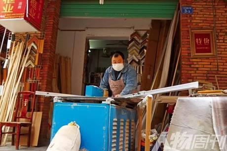 大芬村,一位师傅正在制作画框 图/本刊记者 大食