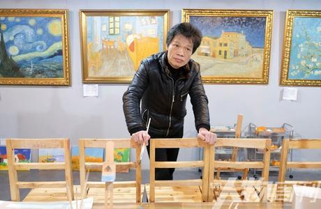 """赵小勇""""专画梵高"""",曾经从香港高先生那儿接到一笔超大订单——5000幅《鸢尾花》 图/戚颢"""