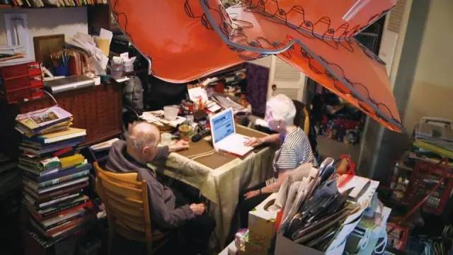 沃格尔夫妇的家,那张桌子和两张椅子恐怕就是他们最体面的家具了
