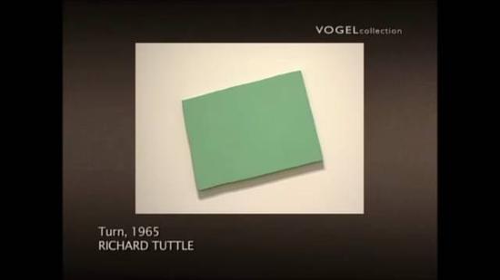 把绿色画布挂歪,也是艺术品的一部分。