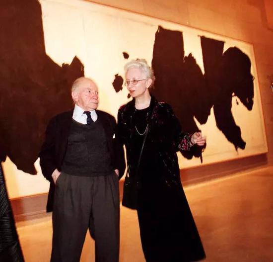 在展览现场的沃格尔夫妇,这是他们难得穿上光鲜的衣服的时候