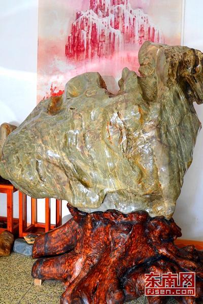 奇石爱好者杨汉超收藏的华安玉奇石《雄鸡》
