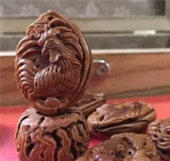 """为迎接鸡年到来,秦皇岛市抚宁区卢峰口村农民韩焕文赶制了一组""""五福生肖鸡""""的核雕,让不少人叹为观止。"""