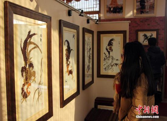 """据了解,为迎接新年,邯郸馆陶县城""""粮画小镇""""粮画制作员工特地设计制作了鸡年系列""""粮画""""。"""