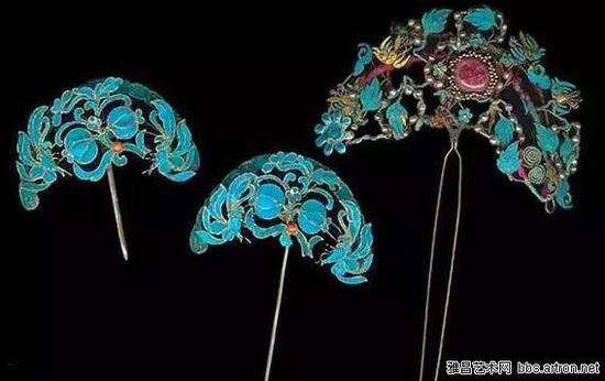 虽然没有宝石的炫亮华丽,但是点翠制成的饰物,自有一种艳丽拙朴之美,体现了东方饰品注重细节、讲求工艺含蓄之美的特质。