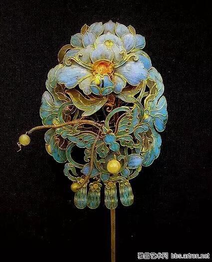 首饰工匠在制作翠首饰时通常会根据图案的要求来选取羽毛的色彩,这些图案上一般还会镶嵌珍珠、翡翠等宝玉石,越发显得典雅高贵。