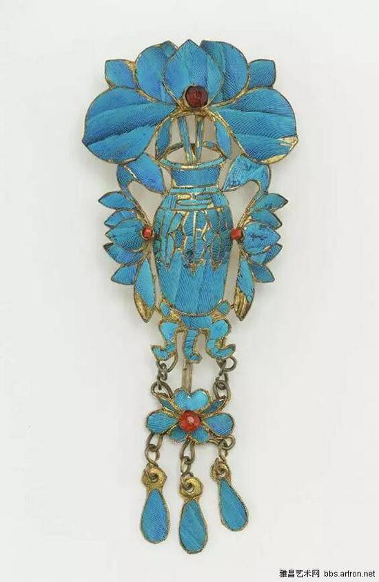 1933年,中国最后的点翠工场关闭,原因是翠鸟的羽毛已经绝市,点翠遂被类似景泰蓝的烧蓝工艺所取代。