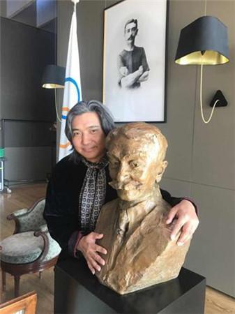 吴为山在奥林匹克博物馆与作品合影