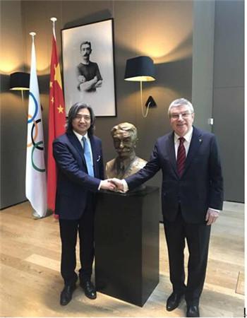国际奥委会主席巴赫和中国美术馆馆长吴为山与微笑版顾拜旦合影