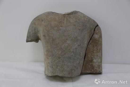 佛像的躯干残块与左臂能完美吻合