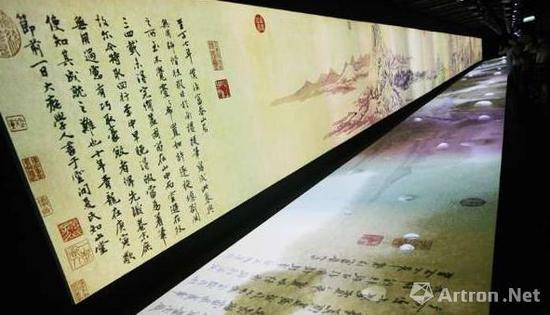 观众在台北故宫欣赏多媒体版的《富春山居图》