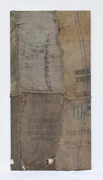 易卜拉欣·马哈麻,《无题》,2013-14,黄麻煤袋,96 x 48 in(图片由艺术家及史蒂芬·斯姆肖维茨提供)