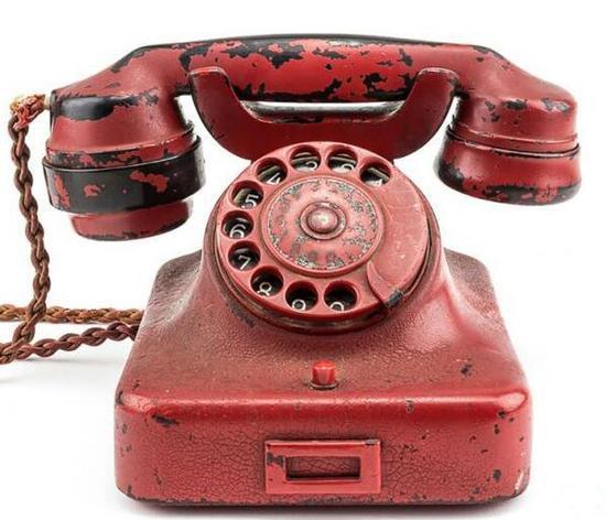 这部超过70年历史的转盘电话上有纳粹标志的万字图案。(新加坡《联合早报》网站)