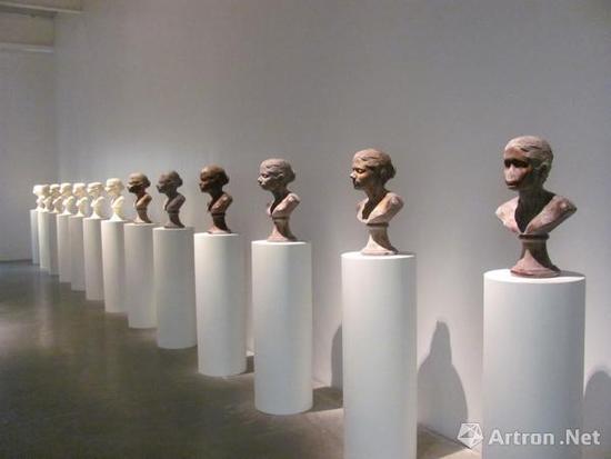 美国著名女权主义雕塑家和行为艺术家janine《lick and lather》