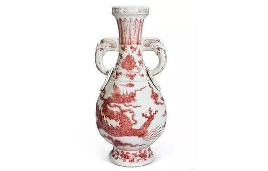 明洪武 釉里红云龙纹双龙耳瓶,2013年澳门中信春季拍卖会,以9385.2万元人民币成交。