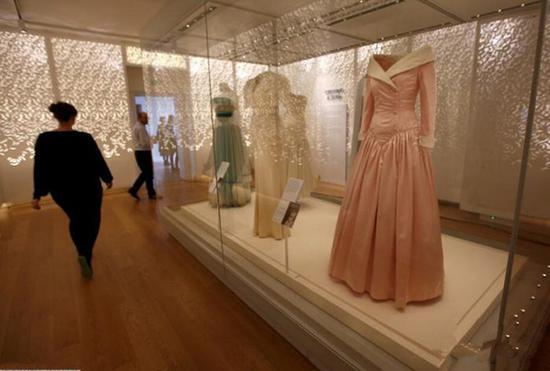戴安娜王妃逝世20周年肯辛顿宫展出其25件裙装