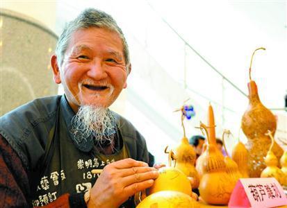 图片说明:黄阿金现场雕刻葫芦。郭新洋摄