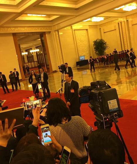 """文物局局长刘玉珠在""""部长通道"""" 记者 申孟哲 摄"""