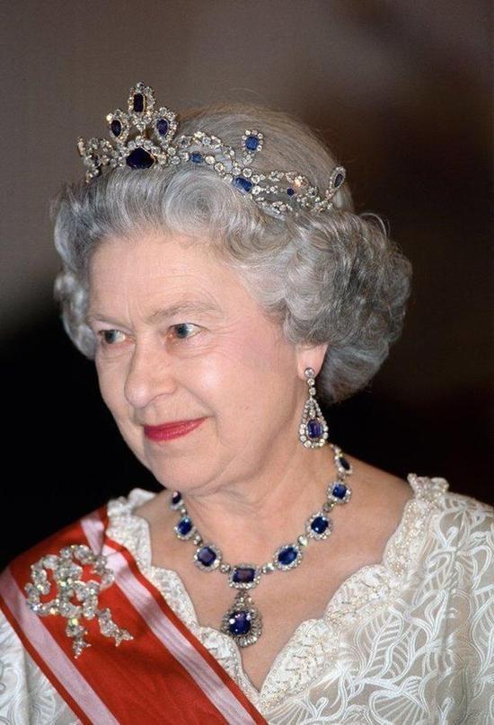 这条蓝宝石项链是女王爸爸给她的结婚礼物,女王非常喜欢这款项链,后来又找人打造了与之配套的冠冕。