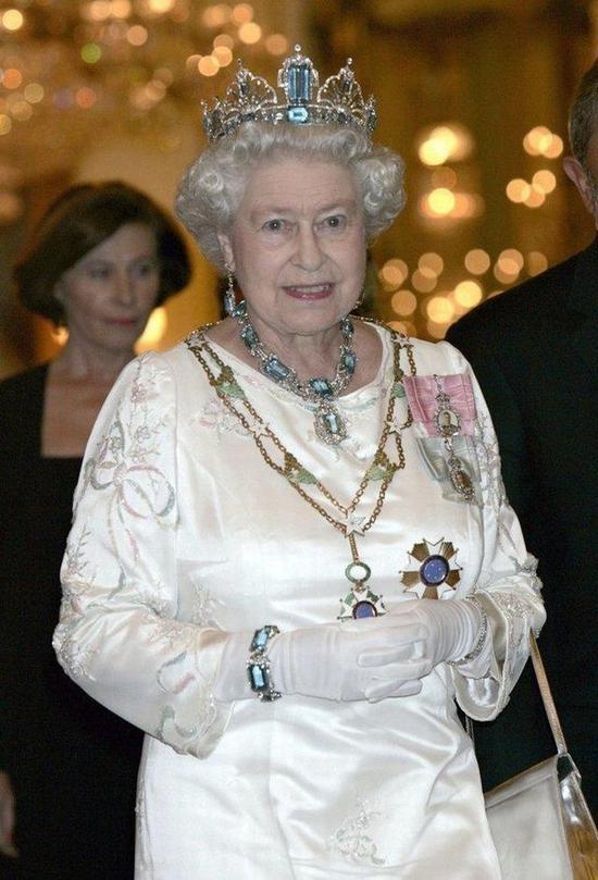 这条蓝色的项链是巴西人民送个女王结婚礼物的首饰套装中的一件,因为女王非常喜欢,所以后来又托人打造了与之相称的冠冕。