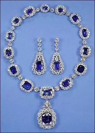 照片中,女王所佩戴的蓝宝石耳环与项链是他的父亲乔治六世送给她的结婚礼物,这套珠宝还包括一枚手镯和三枚戒指。