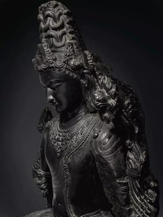除了其质量和尺寸,这尊佛像的出处同样显赫