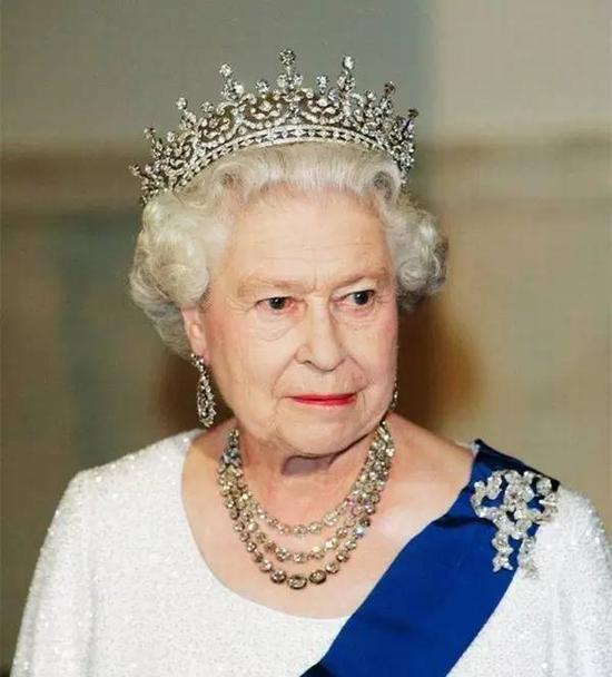这条经典的三圈项链同样是女王爸爸送给女王的礼物,由105个明亮切割钻石打造,女王通常只有参加大型国家活动时才会佩戴。