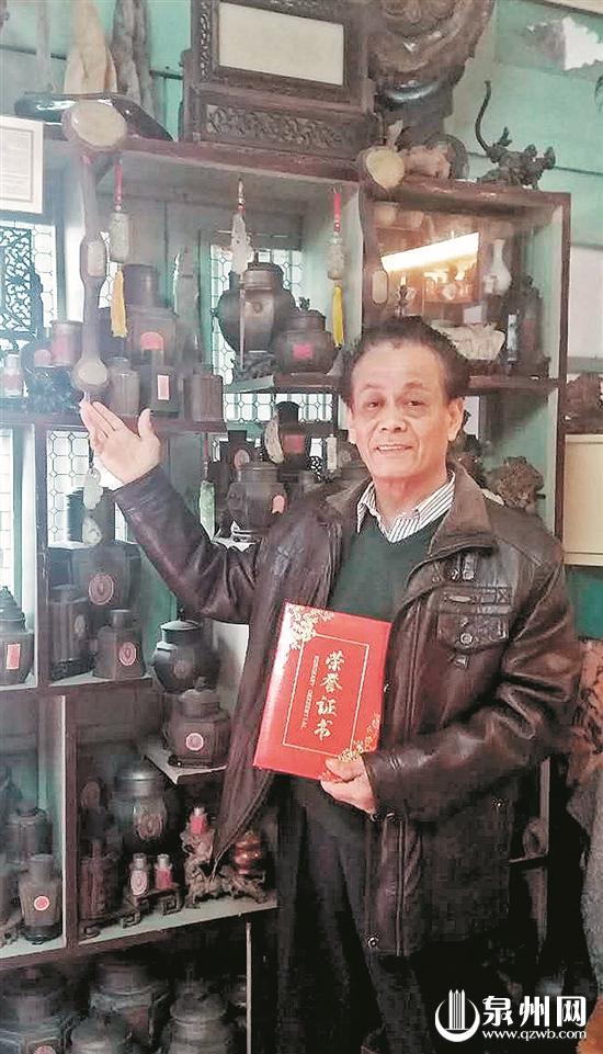 """张五鹏站在自己的""""小型""""博物馆前,为记者介绍锡茶罐的特色。"""