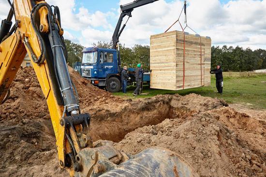 然后摄影师会将相机系统设置在大坑中,然后再在其上覆盖一块400公斤重、3×1.75m大小的超级钢化玻璃。