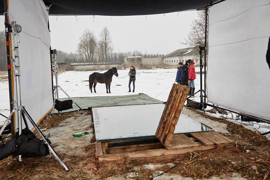 拍摄所用的马匹重达600公斤,为了防止马蹄刮伤玻璃,工作人员为马套上了橡胶材质的马靴。