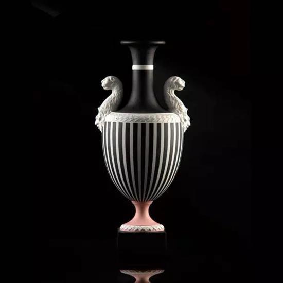 黑豹花瓶,把手是两只豹子的头。