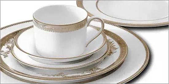 Vera Wang 设计的 Vera Lace Gold 餐具系列。