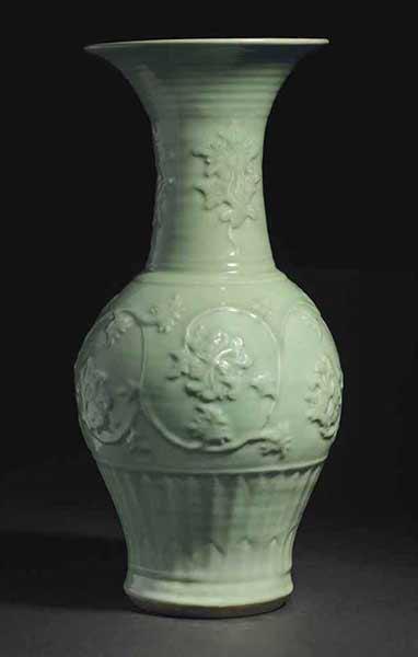 元十四世纪龙泉青釉印缠枝牡丹纹凤尾尊