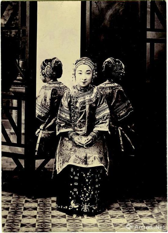 女子全体照 上海耀华照相馆,银盐纸基,10×14 厘米,1905 年前后。仝冰雪收藏。