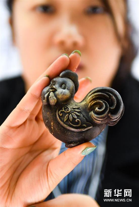 工作人员在展示一件巧克力艺术品。