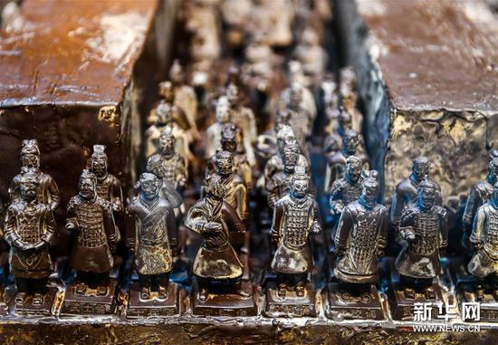 """这是3月16日在展览现场拍摄的以""""兵马俑""""为主题制作的巧克力艺术品。"""
