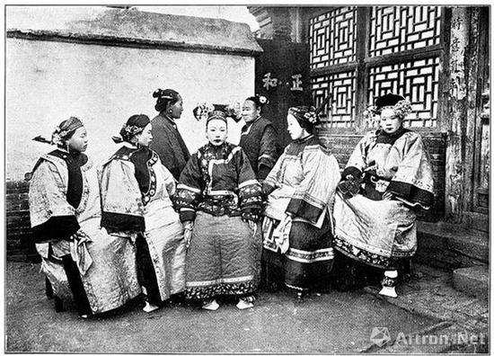 日本摄影师本讚七郎照相馆拍摄的满洲妇人