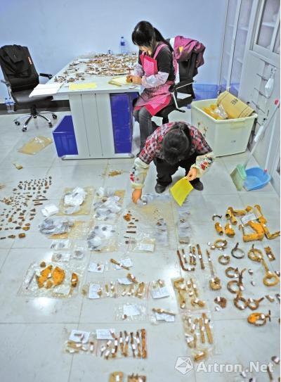 工作人员在整理曹操墓出土的铁器(资料图片)
