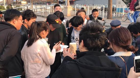 郑恺给围观群众签名