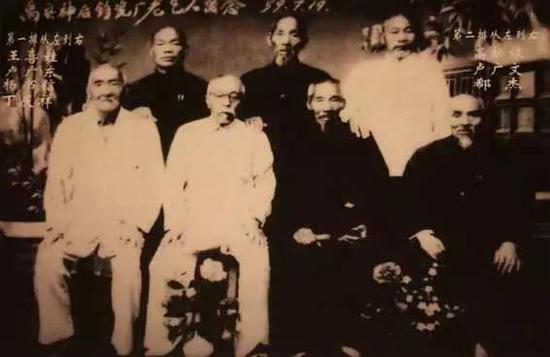 卢广东(前排左二)等老艺人是钧瓷复烧的奠基人