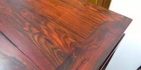 不如紫檀温润如玉,但也十分细腻,棕眼细长。红酸枝会散发出独特的酸香气,油性较大,暴露在空气中过几年会变黑。