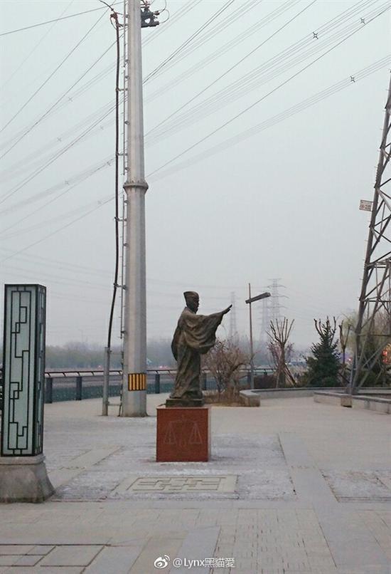 据该网友称,雕塑位于北京高碑店,远远看去,就像一个人将书扔了出去。