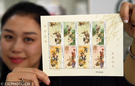 ↑3月20日,中国邮政集团公司邯郸市分公司的工作人员展示《春夏秋冬》特种邮票小版票。CICPHOTO/郝群英 摄