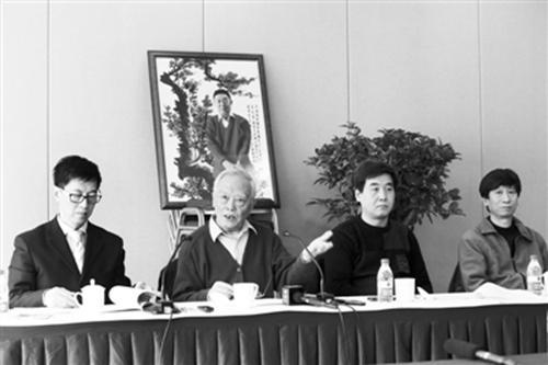 2013年3月,季羡林之子季承(左二)在媒体通气会上。浦峰 摄 图片来源:新京报