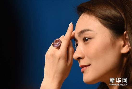 3月29日,模特在苏富比传媒预展上展示待拍的59.60克拉粉红钻