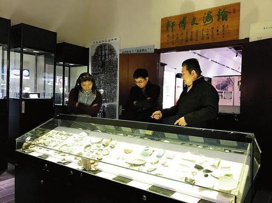 游客参观柴窑博物馆。