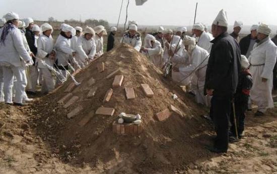 北方土葬必堆坟头
