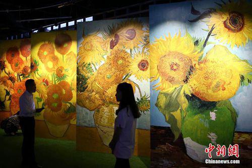 资料图:《遇见梵高》光影互动艺术展在南京市规划建设展览馆亮相。 中新社记者 泱波 摄