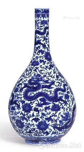清乾隆 青花穿莲龙纹长颈胆瓶《大清乾隆年制》款,4900万港元成交