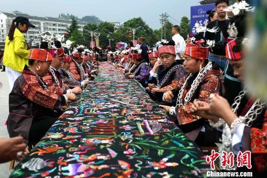 4月9日,千名绣娘在贵州省台江县秀眉广场共织画卷。 张鸿 摄
